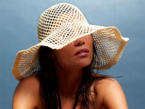 20'li yaşlarda  Güneşten uzak duran ve cildini nemlendiren 20'li yaşlarındaki birinin yaşlanmaktan korkmasına gerek yoktur.